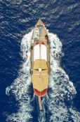 Classic-yacht-cruising